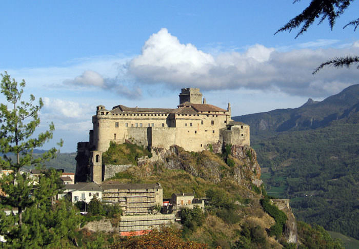 Замок Барди в Италии