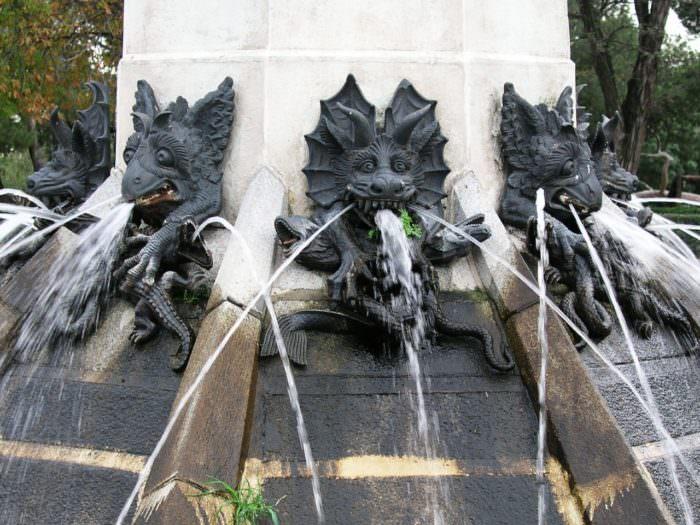 Фонтан падшего ангела в Барселоне Испания