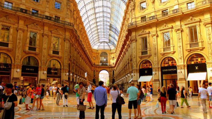 Шопинг в торговом центре в Римини