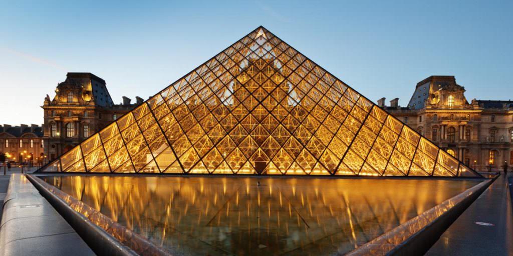 Пирамида в Лувре Париж