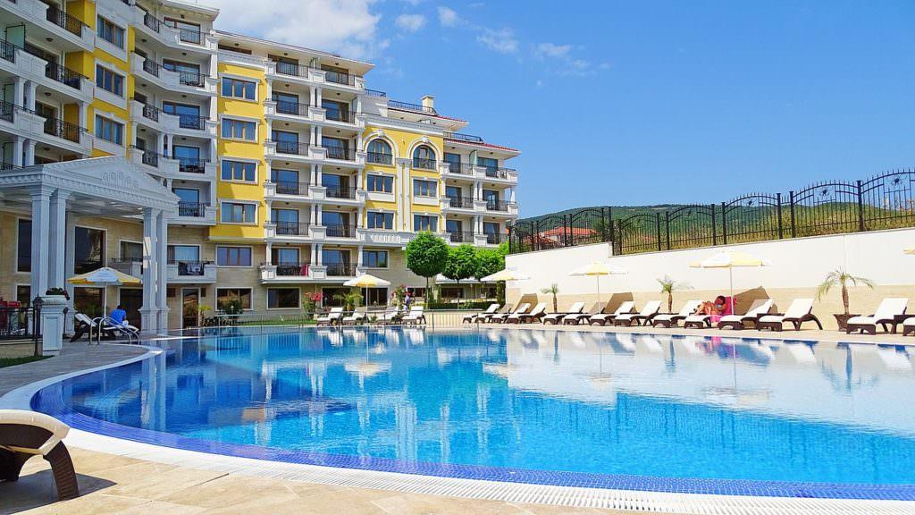 Готель-апартмент с бассейном в Болгарии