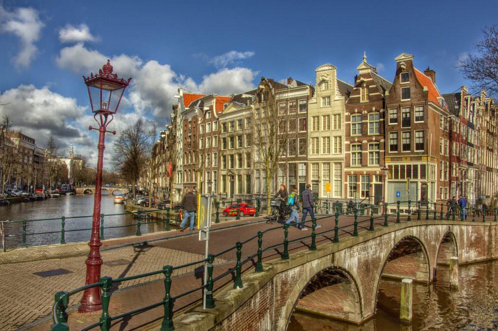 Амстердам, мост с арками через канал